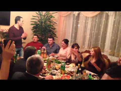 Армяне поют за праздничным столом