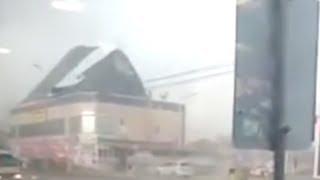 Ураган сносит крышу ТЦ и зрителей. Real video