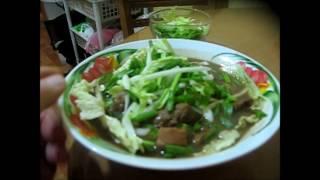 Китайская кухня: суп с мясом и рисовой лапшой