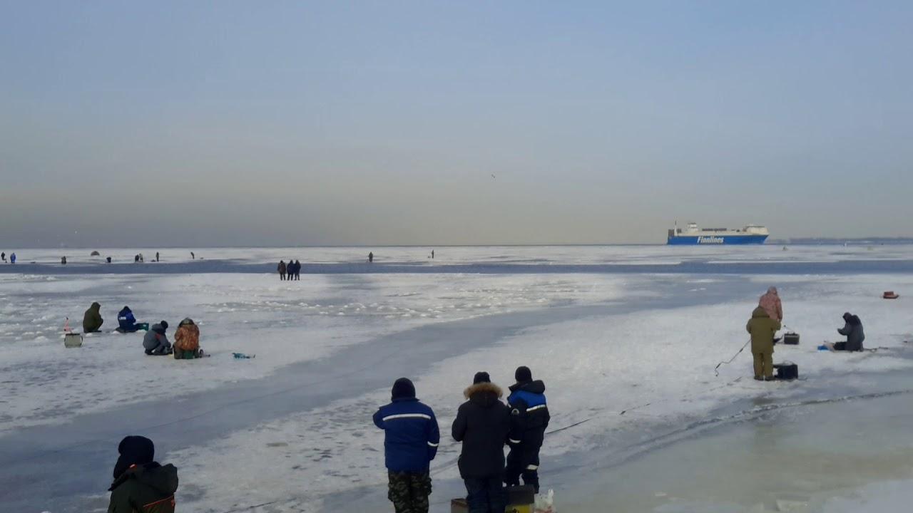 Ночью на Ладоге спасали рыбаков с отколовшейся льдины