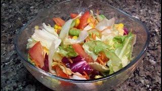 Простой салат с листьев, кукурузы, морковки, сыра и помидора