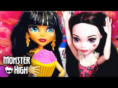 Draculaura's Fangtastic Bake Sale | Monster High