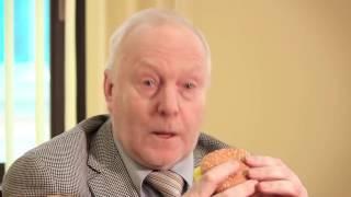 Ординарный профессор НИУ ВШЭ съедает чизбургер