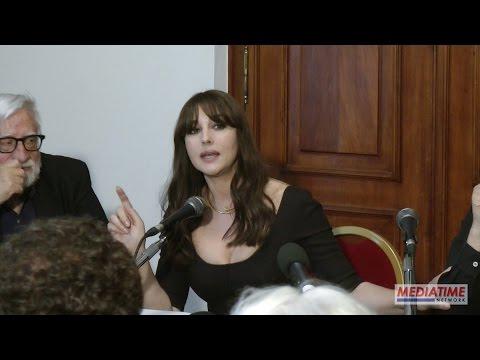 Monica Bellucci intona la canzone La Più Bella Del Mondo