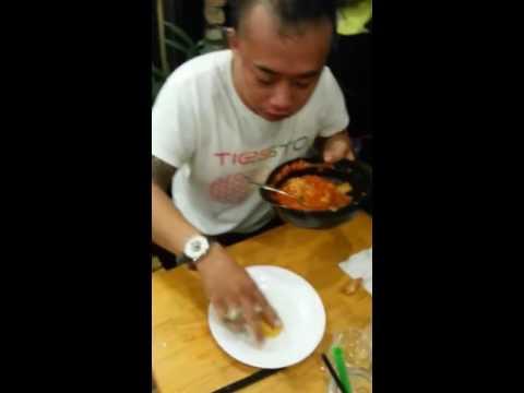 Nổi gai ốc khi xem Thánh ăn mỳ cay Naga