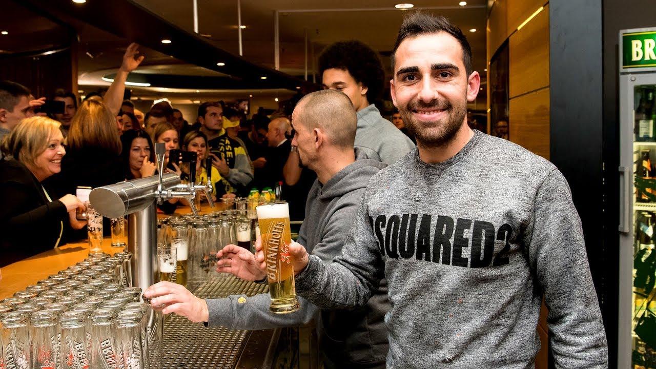 Weihnachtsfeier Bvb.Alcácer Witsel Und Co Zapfen Bier Für Die Fans Bvb Fanclub Weihnachtsfeier 2018