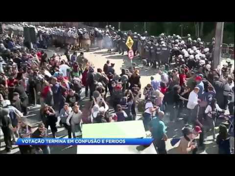 Servidores entram em confronto com a polícia após votação em Curitiba