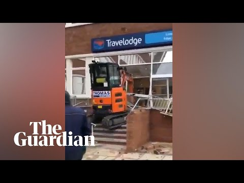 Destroza con una excavadora el hotel que le debía 600 libras