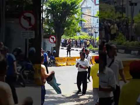 DETIK-DETIK PENANGKAPAN TERDUGA TERORIS MAU MELEDAKAN BOM DI JEMBATAN MERAH PLAZA SURABAYA (1)