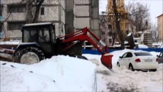 Трактор убирает снег во дворе Нижнего Новгорода(, 2015-02-16T12:05:45.000Z)