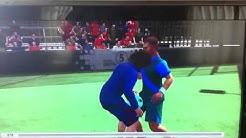 Puyol neukt andere speler (droog)