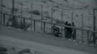 شاهد: عبور ثلاثة فلسطينيين للسياج العازل ومقتلهم برصاص الجيش الإسرائيلي…