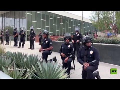 أفراد شرطة لوس أنجلوس يقفون على ركبهم أمام المجتجين  - نشر قبل 2 ساعة