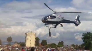 فى مشهد سينمائى..رجل كينى يتعلق بطائرة هليكوبتر أثناء تشييع جنازة (فيديو)