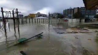 L'alta marea erode la spiaggia a Rimini