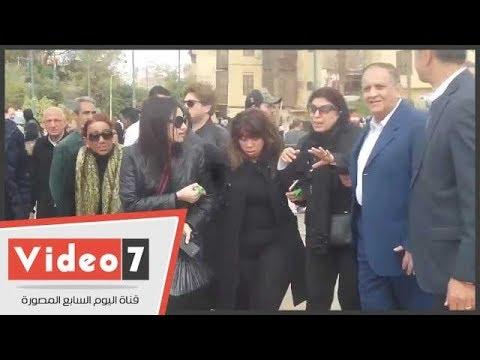 انهيار زوجة الفنان محمد متولى أثناء تشييع جثمانه من مسجد السيدة نفيسة