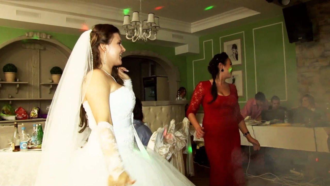 Подруга поёт на свадьбе