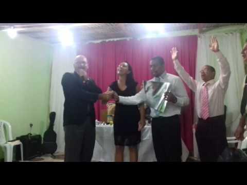 Pastor Marcos louvando numa ordenação de pastor e missionária