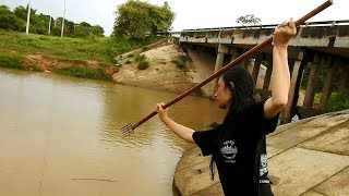 Amazing Girl SpearFishing In The Siem Reap River -Khmer Fishing At Siem Reap Cambodia