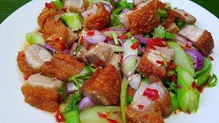 กับข้าวกับปลาโอ 564 : ยำก้านคะน้าหมูกรอบ หมูกรอบสูตรกรอบจริงจัง ไม่ต้องตากแดด Thai spicy salad