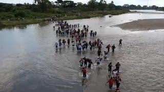 شاهد: قافلة مهاجرين من السلفادور تعبر نهرا باتجاه المكسيك…