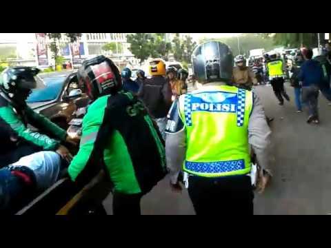 VIDEO : Driver Ojek Online saat dievakuasi setelah ditabrakan sopir angkot