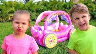 Диана и Рома играют с надувной Каретой принцессы