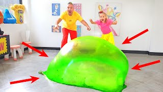 Алиса и Ева с папой делают огромный пузырь из Слайма / Slime