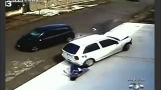 Milagre!!! Carro passa por cima da cabeça do menino - Miracle!!! Car rolls over the boy
