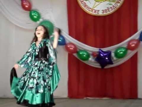 видео: Девочка красиво танцует цыганский танец