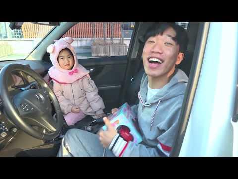 बोराम खेलने का दिखावा करते हैं बच्चों के लिए कार