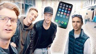 Video JLC → VAD GÖR FOLK FÖR NYA IPHONE 8??? download MP3, 3GP, MP4, WEBM, AVI, FLV Oktober 2018