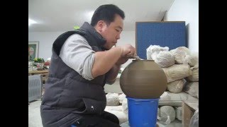 정인석 도예연구소- 정인석 도예가 청자토로 만든 항아리 굽깎기Korea Ceramic, Korea Pottery, Korea Ceramic Art