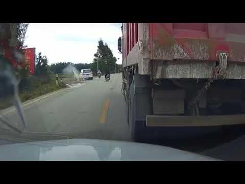 中國三寶 | 炒車遇上摩托轉彎,直接衝到田裏去了
