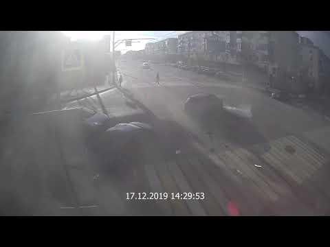 Проехав на красный, астраханец спровоцировал массовое ДТП в Волгограде