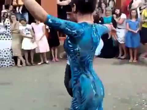 Эротик лезгинка Парень ели держит себя в руках!