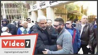 بالفيديو.. الثعلب وأبو رجيلة ومجاهد ورموز الزمالك فى جنازة بدر حداد