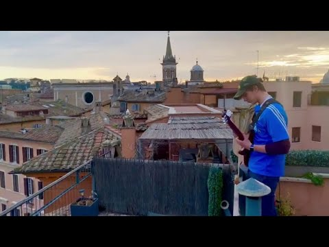 Coronavirus, suona Ennio Morricone su Piazza Navona deserta, l'assolo del chitarrista è da brividi