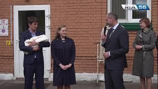 Денис Паслер поздравил роддом на 8 Марта с 300 тысячным ребенком