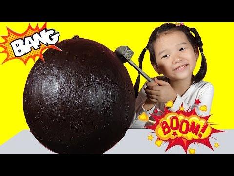 TRỨNG SOCOLA KHỔNG LỒ - Đập trứng socola khổng lồ và bóc trứng kinder surprise ♥ Dâu Tây Channel