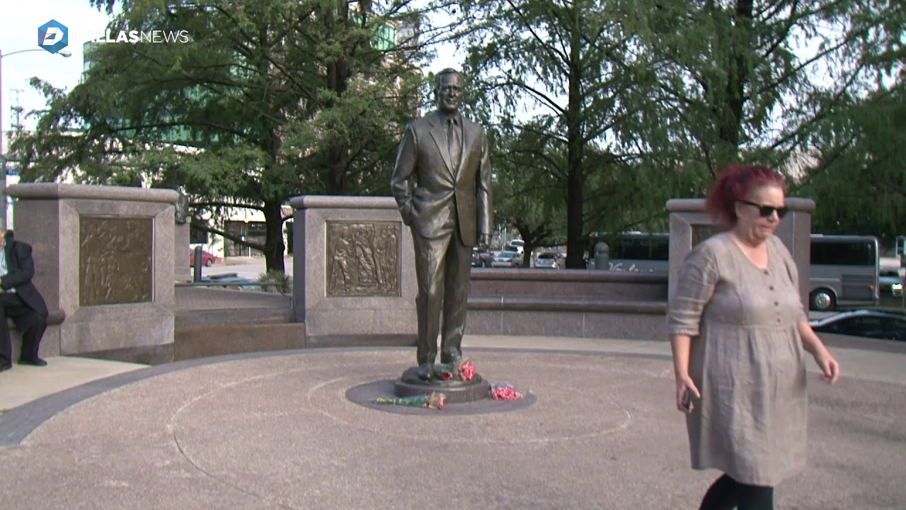 flowers-laid-at-at-the-feet-of-george-bush-statue-in-downtown-houston