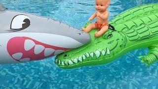 Bebe Lola y cocodrilo vs tiburón en la piscina/ Capítulo 72 de las Aventuras de Bebe Nenuco Lola thumbnail