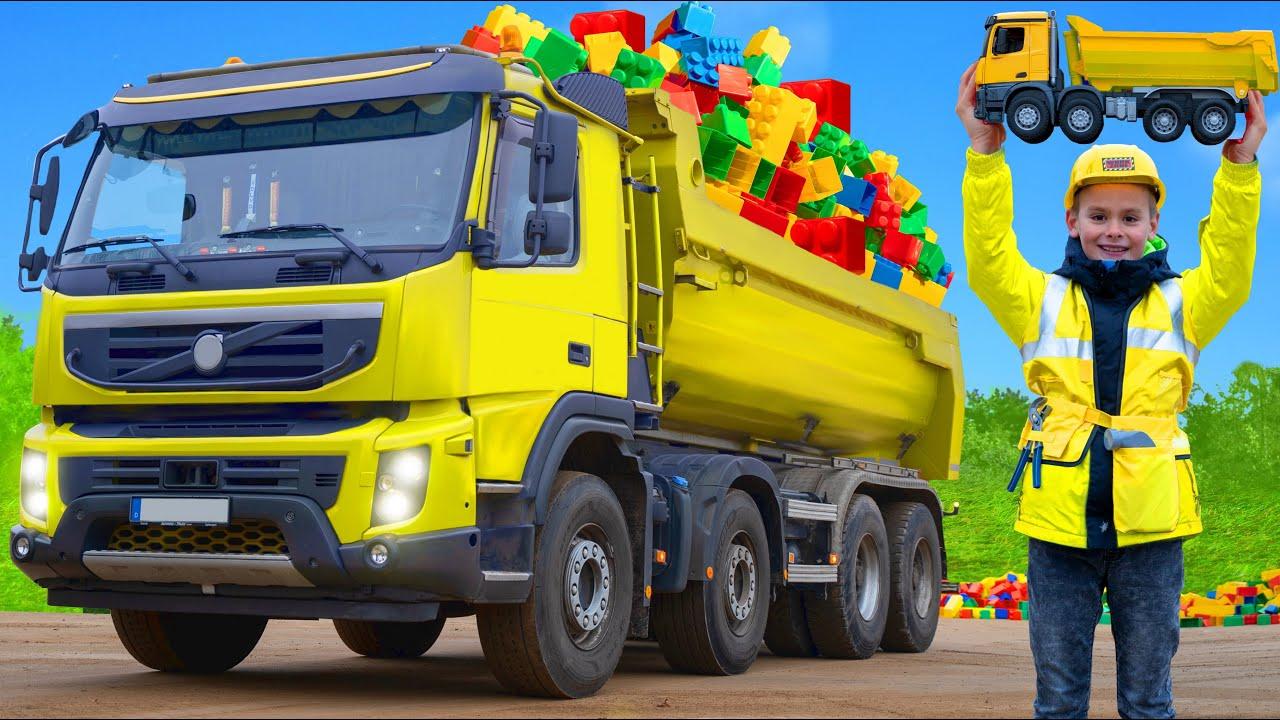 Çocuklar gerçek kamyonlarla bir tuğla ev inşa ederler - Kids play with real truck and toys