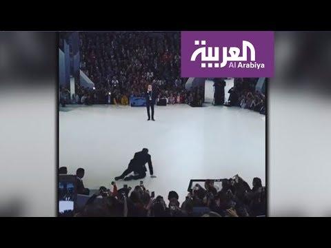 لافروف يتعثر على المسرح ويمازح الجمهور  - 15:22-2018 / 3 / 17
