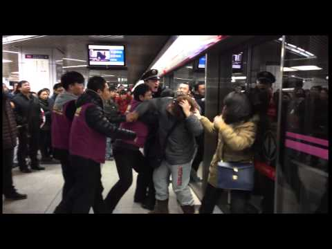 Chinese women were fighting because of jump a queue.