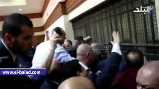 بالفيديو.. اشتباكات بين الصحفيين وأهالى صلاح هلال فى رشوة الزراعة