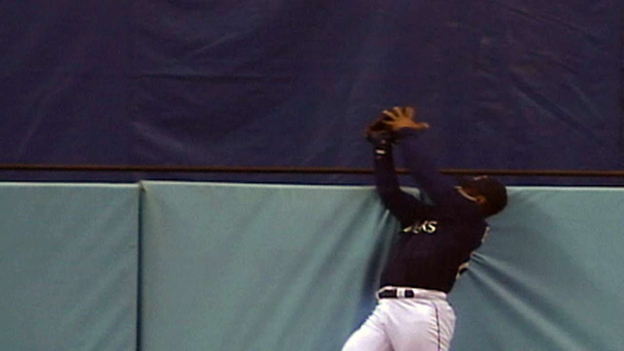 03131e39a9 Ken Griffey Jr. robs Juan Gonzalez of home run to send the Kingdome off in  STYLE!