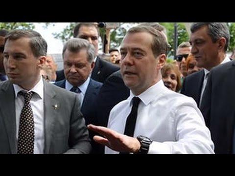 «Денег нет, но вы держитесь».  Дмитрий Медведев отвечает на вопрос крымчанки о пенсиях