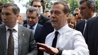 Денег нет но вы держитесь Дмитрий Медведев отвечает на вопрос крымчанки о пенсиях