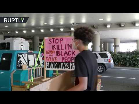 Honk, honk! | BLM protesters block entrance to San Francisco Airport with their cars